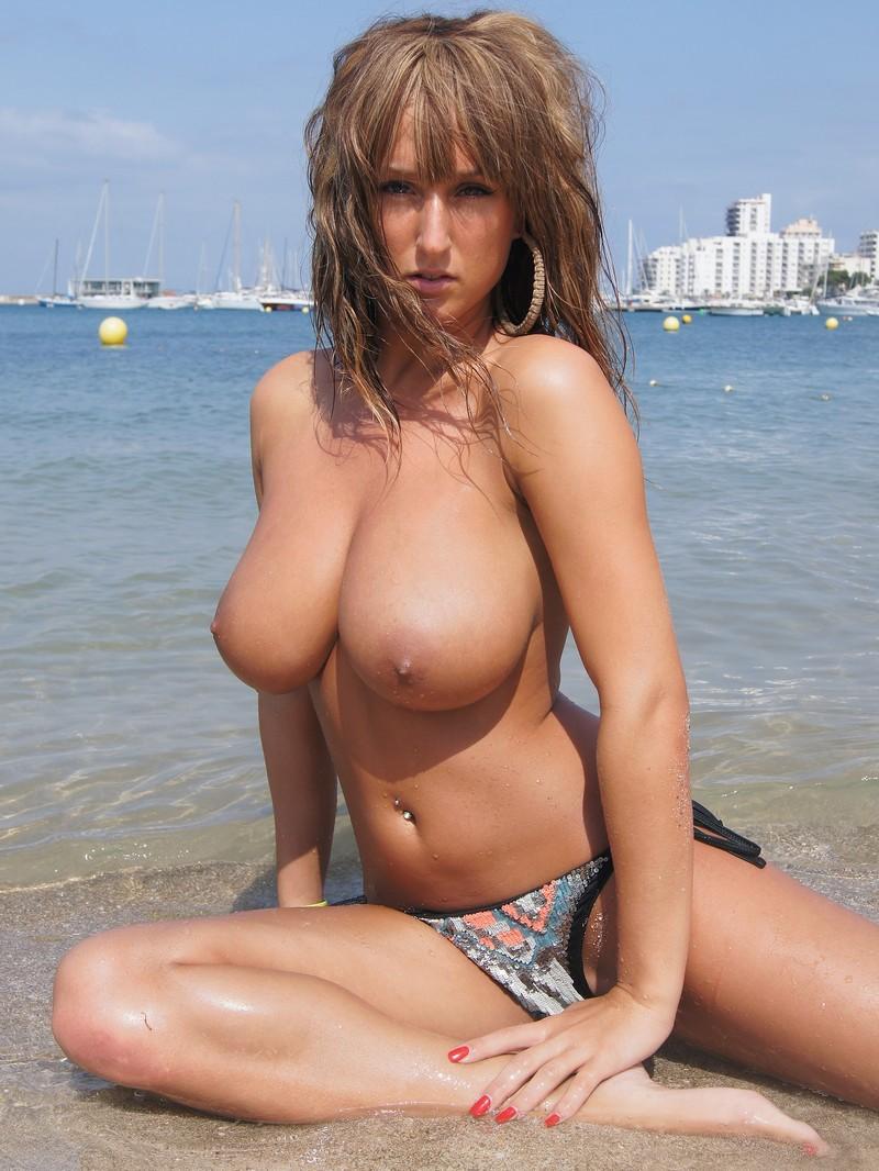 постоянно на пляже с большой голой грудью смазывался маслом вводился