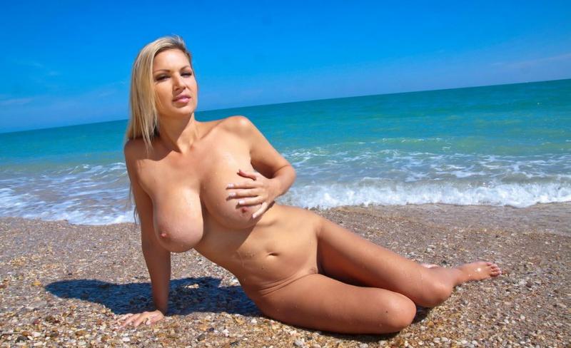 тоже сиськастые женщины на пляже видео фото